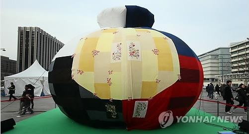 지난 2013년 2월 박근혜 대통령 취임식 행사에 등장했던 오방낭(사진=연합뉴스)