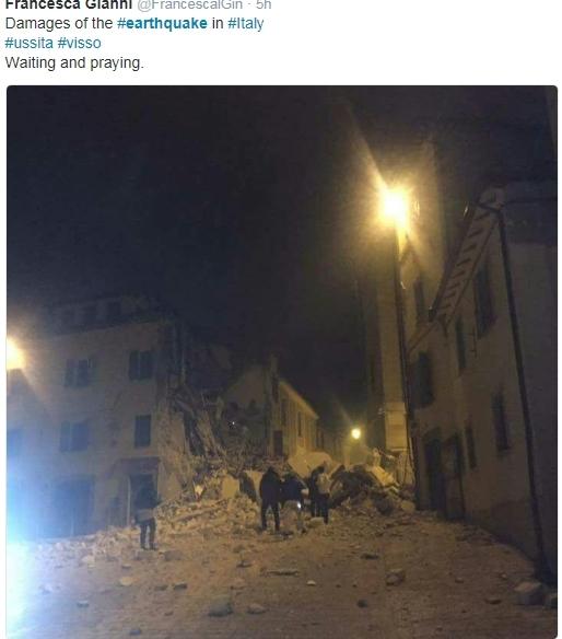▲건물 잔해를 헤치고 걸어가고 있는 사람들(트위터 캡쳐)
