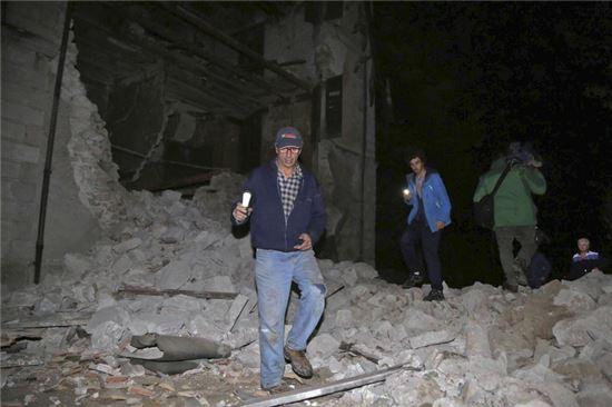 [포토]지진으로 무너진 건물… 伊주민, 휴대폰 불빛에 의존