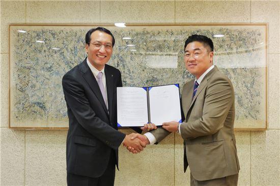 왼쪽부터 김재엽 이건창호 상무와 김영원 두현 대표가 폴딩도어에 대한 공급계약을 체결하고 기념촬영을 하고 있다.