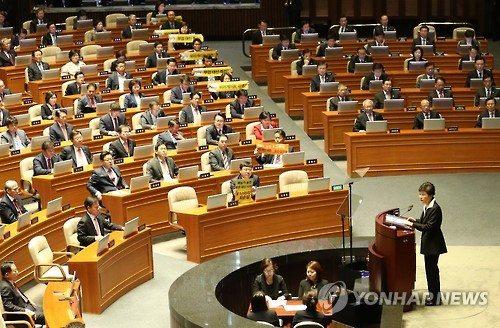 지난 24일 박근혜 대통령이 국회에서 예산안 시정연설을 할 때 정의당 의원들이 특검을 촉구하는 피켓을 들고 항의하고 있다. / 사진=연합뉴스