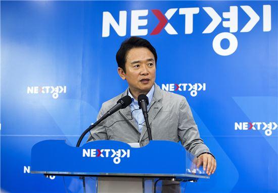 남경필 경기지사가 지난 6월28일 경기도청 브리핑룸에서 버스준공영제 도입과 관련된 기자회견을 하고 있다.