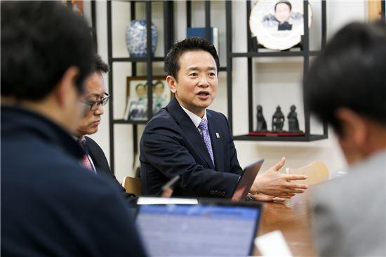 남경필 경기지사가 집무실에서 출입기자들과 티타임을 갖고 있다.
