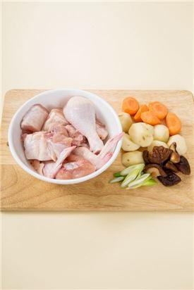 1. 닭고기는 깨끗이 씻어 물기를 뺀다. 감자와 당근은 밤톨만 한 크기로 썰고 불린 표고버섯은 물기를 짜서 4등분하고 대파는 어슷하게 썬다.
