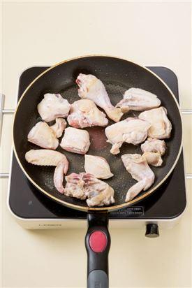 2. 팬을 달구어 식용유를 적당량 두르고 닭고기를 넣어 센 불에서 노릇노릇하게 굽는다.