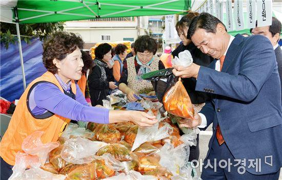 [포토]최영호 광주시 남구청장, 사랑나눔터 바자회 참석