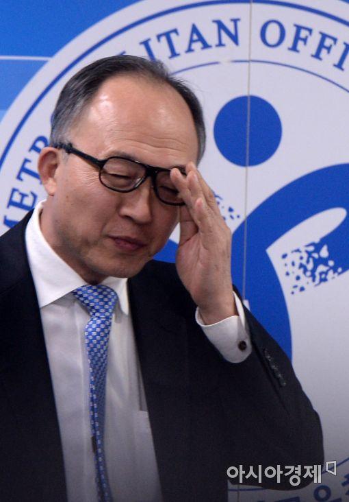 [포토]안경 고쳐쓰는 윤오영 교육정책국장