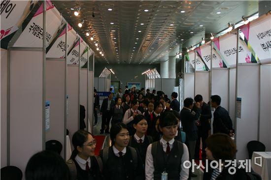 지역 우수인재와 수출입기업 간 만남의 장인 '2016 광주·전라 수출입기업 채용박람회'가 27일 조선대학교 해오름관에서 성황리에 개최됐다.