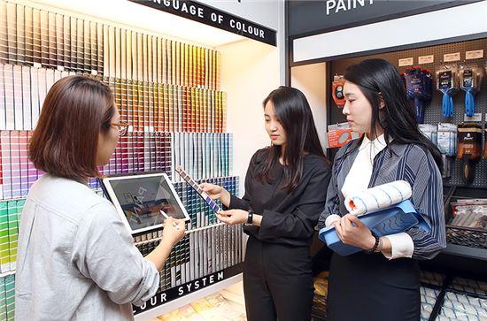 27일 현대백화점 무역센터점 9층에 위치한 컬러 인테리어 전문매장 '홈앤톤즈'를 찾은 고객이 전문가에게 페인트 컬러·시공 상담을 받고 있다.
