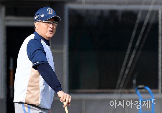 [포토]훈련 지켜보는 NC 김경문 감독