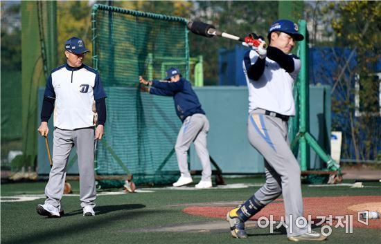 [포토]선수들 바라보는 김경문 감독