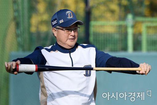 [포토]스트레칭하는 NC 김경문 감독
