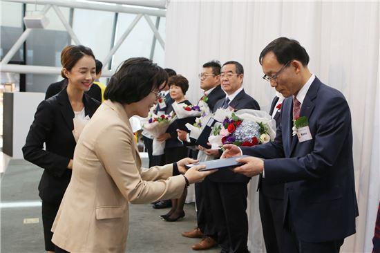 27일 여의도 KBS 신관 스튜디오에서 열린 '2016 대한민국 나눔국민대상'에서 박종우 롯데리아 경영지원부문 상무(오른쪽)가 보건복지부 장관 표창을 수여 받고 있다.