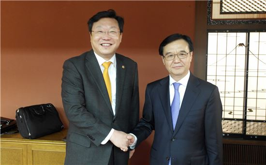 주형환 산업부 장관이 가오 후청 중국 상무부장과 양자 통상장관회담을 갖고 기념사진을 찍고 있다.