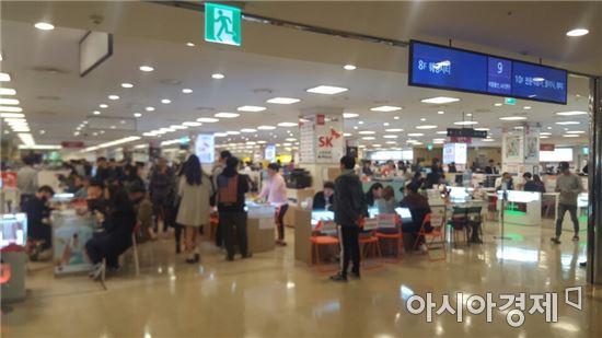 서울 구로구 신도림 테크노마트 9층 휴대폰 판매점.