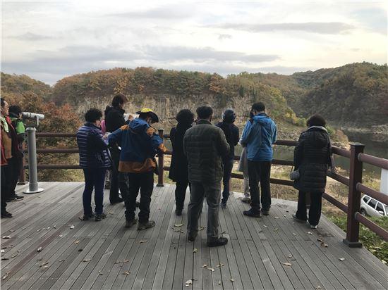 경기관광공사의 한탄강 모니터링 투어에 참여한 파워블로거와 여행작가들이 현장을 둘러보고 있다.