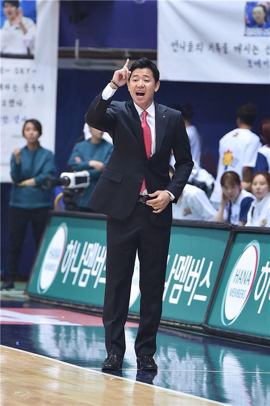 인천 신한은행 에스버드 신기성 감독 [사진=WKBL 제공]