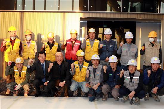 1일 한국노동조합총연맹 김동만 위원장(앞줄 좌측) 등이 롯데월드타워를 방문해 118층 전망대를 조망하고 내부 공사에 마지막까지 심혈을 기울이는 건설 근로자들을 격려했다