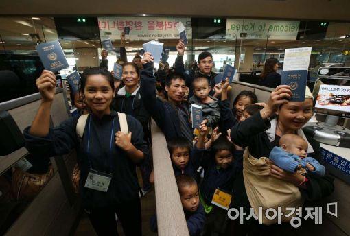 [포토]입국심사 받는 미얀마 난민 가족