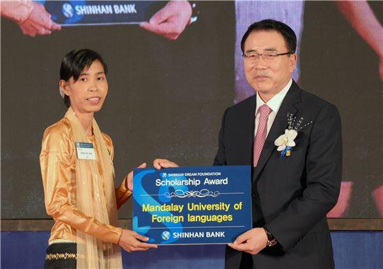 1일(현지시간) 신한은행은 미얀마 양곤에 한국계 은행 최초로 지점을 개설하고 개점행사를 진행했다. 개점행사에서 조용병 신한은행장(오른쪽)이 현지 외국어대 한국어학과 학생을 위한 장학금을 전달하는 모습. (사진 : 신한은행)