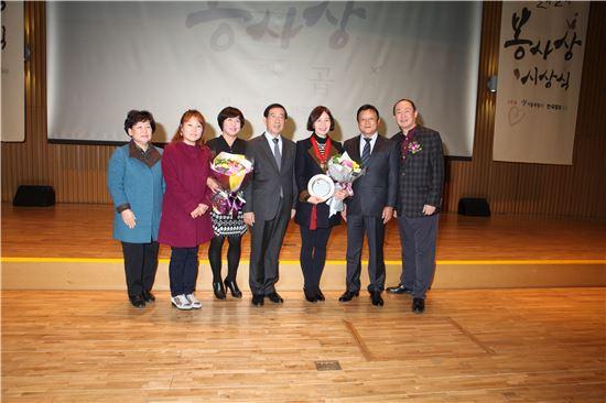 2일 오전 10시 서울시 신청사 8층 다목적홀에서 열린 제28회 서울시 봉사상 시상식에서 노원구 생활공감정책모니터단이 우수상 수상 후 기념 촬영을 하고 있다.