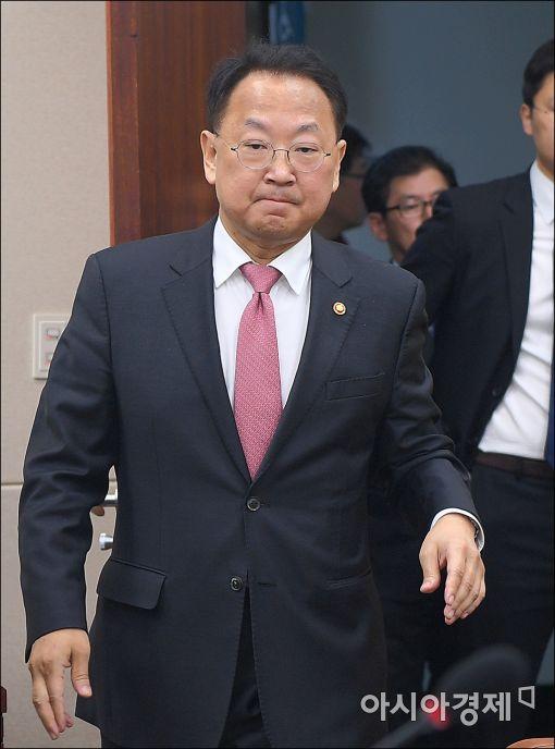 [포토]유일호 부총리, 국회 기재위 출석