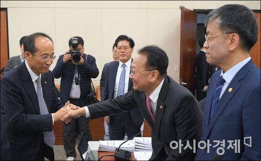 [포토]의원들과 인사하는 유일호 부총리