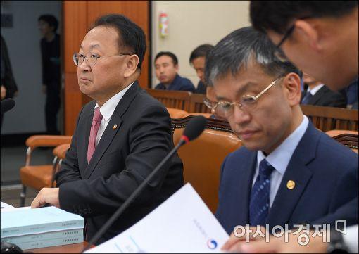 """유일호 """"美 대선 시나리오별 영향 점검…대응 강구"""""""