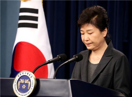 박근혜 대통령이 4일 춘추관에서 대국민담화를 발표하고 있다. <사진제공: 연합뉴스>