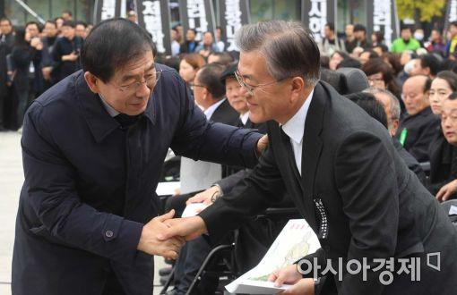 [포토]故백남기 농민 영결식에서 만난 문재인-박원순