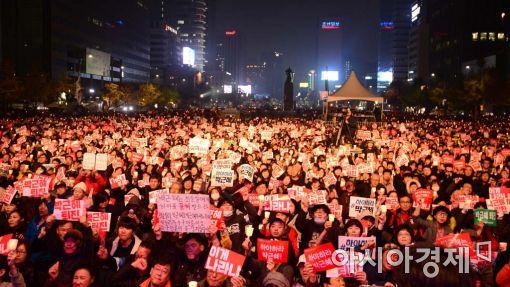 지난 5일 광화문 광장에서 열린 '모이자!분노하자!#내려와라 박근혜 범국민행동'문화제에 20만명의 시민이 참여해 박근혜 정권의 퇴진을 요구하고 있다.