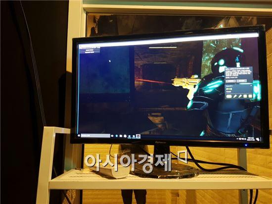 VR게임방 내에서 한 이용자가 FPS 게임을 즐기는 모습