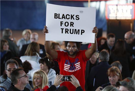 ▲'트럼프를 지지하는 흑인들' 팻말을 들고 있는 한 지지자. (AP=연합뉴스)