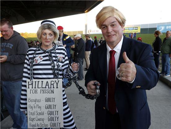 ▲힐러리 클린턴과 도널드 트럼프로 분장한 트럼프 지지자들. (AP=연합뉴스)