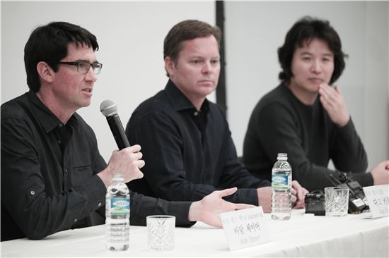왼쪽부터 아담 체이어 비브 랩스 최고기술책임자(CTO), 다그 키틀로스 비브 랩스 최고경영자(CEO), 이인종 삼성전자 무선사업부 개발1실장(부사장).