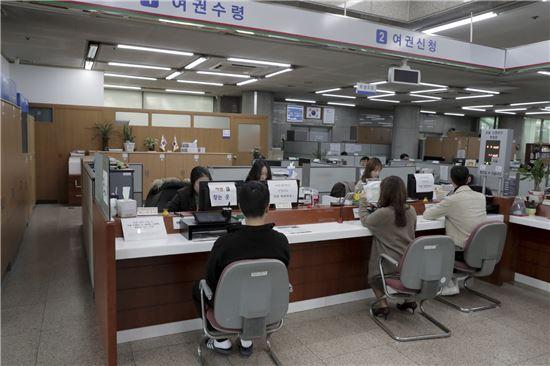 구리시가 7일부터 여권과 국제운전면허증 발급을 동시에 실시한다.