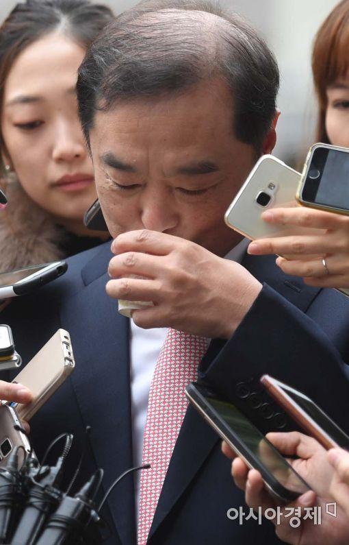 [포토]목 타는 김병준 총리 내정자