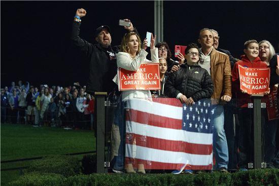 """[포토]""""트럼프 뽑으면 위대한 미국 된다"""""""