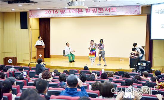백일홍회 회원들이 각설이 촌극을 펼치며 흥을 돋우고 있다.