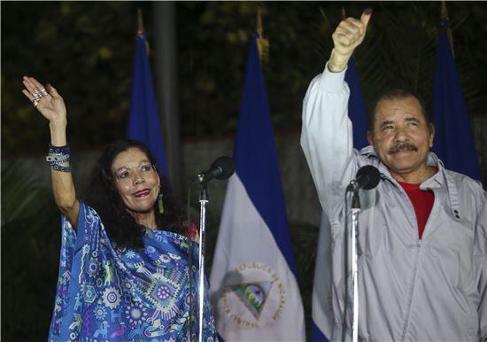 ▲다니엘 오르테가 니카라과 대통령과 부인 무리요 여사가 6일(현지시간) 투표를 한 뒤 지지자들에게 손을 흔들고 있다. (사진=AP연합뉴스)