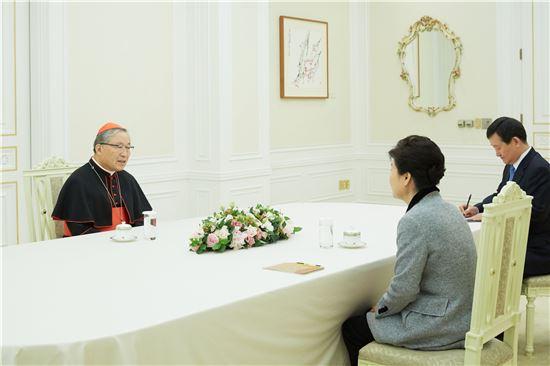 박근혜 대통령은 7일 오전 천주교 염수정 추기경 등 종교계 원로를 만나 정국 현안에 대한 의견을 청취했다.
