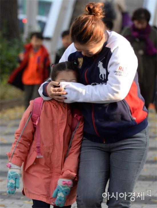 한파주의보가 내린 지난달 8일 서울 서대문구 미동초등학교에서 두꺼운 옷차림을 한 학생이 어머니와 등교를 하고 있다. (사진=문호남 인턴기자)