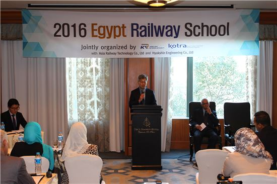 KOTRA 카이로 무역관 김유정 관장이 제3회 이집트 철도학교 개회식에서 개회사를 하고 있다.(사진= 철도공단)