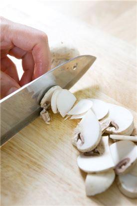 1. 양송이버섯은 깨끗한 것으로 구입해 껍질째 납작하게 썬다.