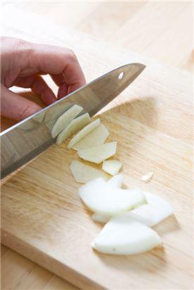 2. 양파는 채썰고 감자는 껍질을 벗기고 납작하게 썬다.