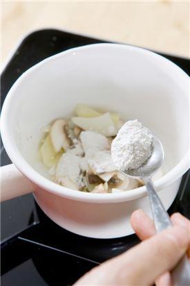 3. 냄비에 버터를 두르고 양파를 볶다가 감자, 양송이버섯을 넣어 볶다가 밀가루를 넣고 타지 않게 볶는다.