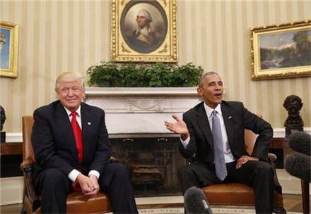 버락 오바마 미국 대통령과 도널드 트럼프 당선인이 10일(현지시간) 백악관에서 만나 정권인수 절차에 대해 이야기를 나누고 있다. (사진출처=AP)