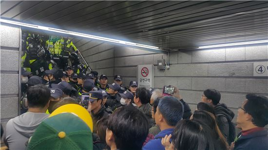 [11·12 촛불집회] 경찰, 경복궁역 4·5번 출구 폐쇄(속보)