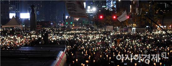 지난 12일 광화문에서 약 100만 명(집회 추산)이 모여 박근혜 퇴진을 요구하는 촛불 집회를 벌이고 있다./사진=아시아경제 DB