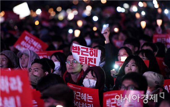 지난 12일 서울 광화문 광장에서 열린 촛불집회